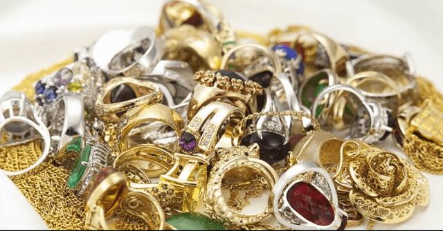 金や宝石のネックレスや指輪など